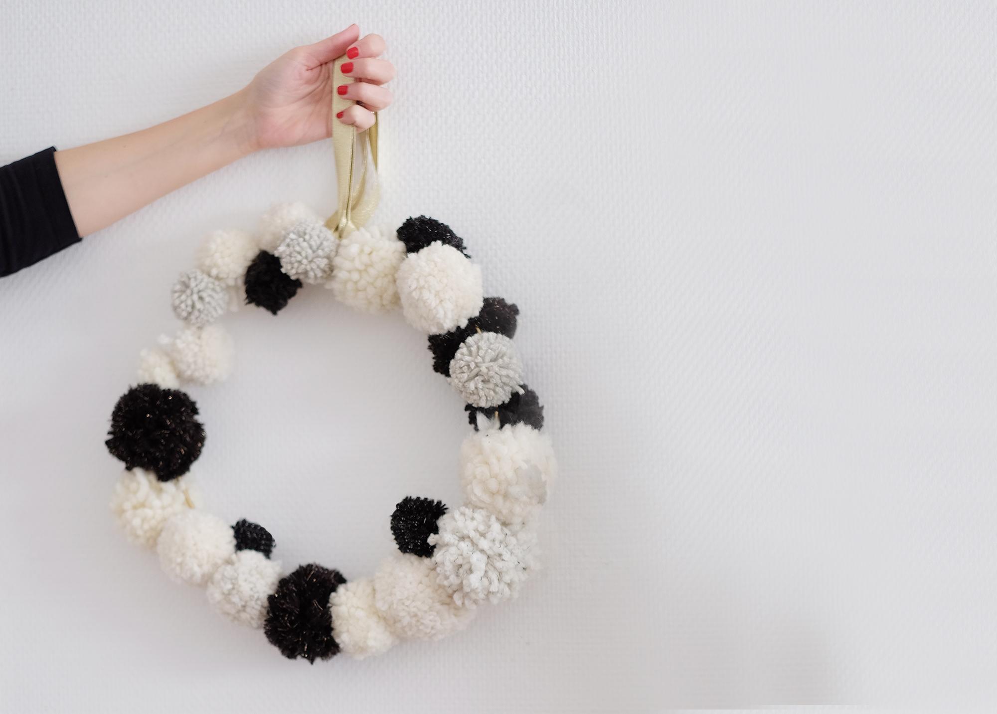 Deco Pompons En Laine diy : la couronne de noël en pompons de laine – azzed